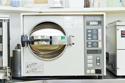 滅菌器など、患者様の安全を守るために配慮しています。